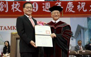 永光化學陳定川榮譽董事長獲頒淡大首位名譽博士。淡江大學校長葛煥昭((左),親自頒授博士證書。