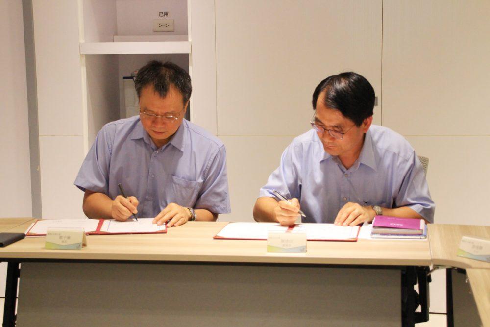 勞動部職安署鄒子廉署長(左)、永光化學陳建信董事長(右),共同簽屬見證安全夥伴宣言。